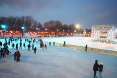 Les gens patinent sur la piste Photo libre de droits