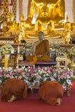 Les gens payent le respect au moine bouddhiste dans le temple image libre de droits