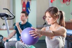 Les gens pendant des exercices physiques Images libres de droits