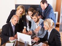 Les gens pendant la conférence téléphonique à l'intérieur photos stock