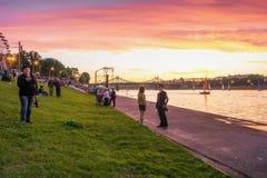 Les gens pendant le jour de ville marchent sur le bord de mer Stepan Razin Photos libres de droits