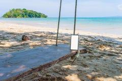 Les gens peuvent communiquer le smartphone sur la plage image stock