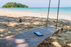 Les gens peuvent communiquer le smartphone sur la plage photographie stock libre de droits