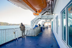 Les gens peuvent explorer vu sur la plate-forme du ferry de Strait du cuisinier de l'Interisander au Nouvelle-Zélande Images libres de droits