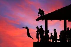 Les gens plongeant dans le coucher du soleil magique, Hawaï Photo stock