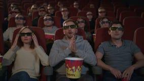 Les gens portant des lunettes du film 3d dans le cinéma Divertissement de film clips vidéos