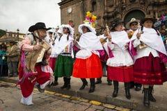 Les gens portant les vêtements traditionnels et les masques dansant le Huaylia pendant le jour de Noël devant la cathédrale de Cu Photos stock