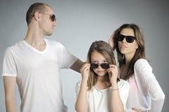 les gens posant avec des lunettes de soleil images libres de droits