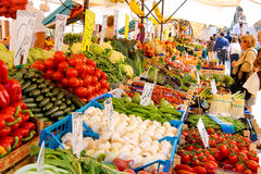Les gens près d'un compteur avec des légumes sur un marché à Venise, AIE Photos stock