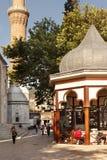 Les gens près de la mosquée grande à Brousse, Turquie Photos libres de droits
