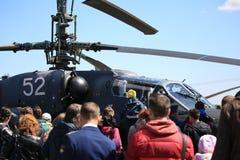 Les gens près de la reconnaissance russe et du plan rapproché d'ALLIGATOR de l'hélicoptère de combat Ka-52 images libres de droits