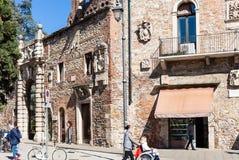 Les gens près des murs de porte à Teatro Olimpico Photographie stock
