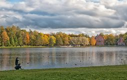 Les gens près du grand étang Tsarskoye Selo St Petersburg Russie Image libre de droits