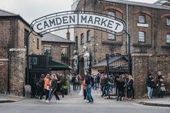 Les gens présentant Camden Market, Londres, R-U, par les portes, sous un signe de nom photos stock