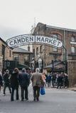 Les gens présentant Camden Market, Londres, R-U, par les portes, sous un signe de nom images libres de droits