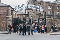 Les gens présentant Camden Market, Londres, R-U, par les portes, sous un signe de nom image stock