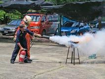 Les gens pratiquent dans la formation de lutte contre l'incendie Photographie stock libre de droits