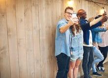 Les gens prenant des selfies Photo stock