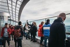 Les gens prenant des selfies sur un balcon d'air ouvert dans le jardin de ciel, Londres, R-U photo stock
