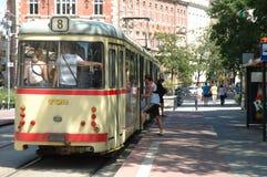 Les gens prenant en marche et en arrêt le tram à Poznan, Pologne Photographie stock libre de droits