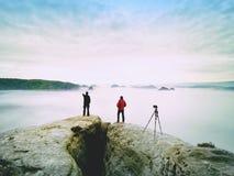 Les gens prenant juste les photos, touristes sur le point de vue avec la vue à la montagne dans le matin Image stock