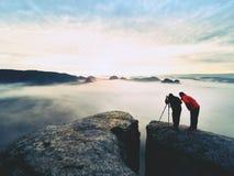 Les gens prenant juste les photos, touristes sur le point de vue avec la vue à la montagne dans le matin Photo stock