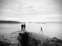 Les gens prenant juste les photos, touristes sur le point de vue avec la vue à la montagne dans le matin Photo libre de droits