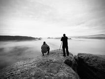 Les gens prenant juste les photos, touristes sur le point de vue avec la vue à la montagne dans le matin Photographie stock libre de droits