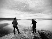 Les gens prenant juste les photos, touristes sur le point de vue avec la vue à la montagne dans le matin Photographie stock