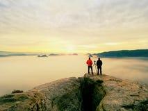 Les gens prenant juste les photos, touristes sur le point de vue avec la vue à la montagne dans le matin Photos libres de droits