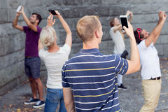 Les gens prenant la photo avec des téléphones Photos libres de droits