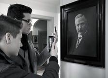 Les gens prenant la photo de la peinture Photo libre de droits