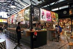 Les gens prenant le déjeuner dans un restaurant ouvert moderne de cuisine dans Saron Image libre de droits