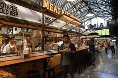 Les gens prenant le déjeuner dans un restaurant ouvert moderne de cuisine dans Saron Photos libres de droits