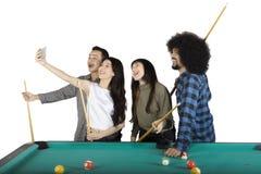 Les gens prenant le selfie à côté de la table de billard Photographie stock libre de droits