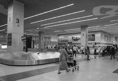 Les gens prenant les bagages dans l'aéroport de Kolkata Images stock