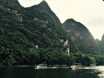 Les gens prenant les radeaux en bambou pour voir les montagnes et les rivières photo stock