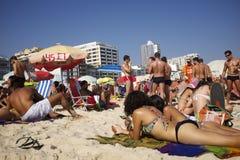 Les gens prenant un bain de soleil la plage Rio de Janeiro Brazil d'Ipanema Photo stock