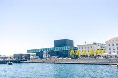 Les gens prenant un bain de soleil sur la couchette dans la partie centrale de capitale danoise Copenhague près de la maison de t photo stock