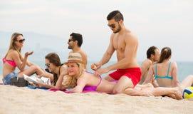 Les gens prenant un bain de soleil sur la plage Photographie stock