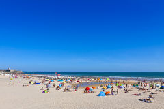 Les gens prenant un bain de soleil sur la plage atlantique dans Carcavelos, Portugal Photos libres de droits