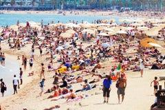 Les gens prenant un bain de soleil sur la plage méditerranéenne Image libre de droits