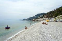 Les gens prenant un bain de soleil sur la plage de Varigotti en Italie Photographie stock
