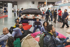 Les gens prenant un repos à EICMA 2014 à Milan, Italie Photographie stock libre de droits