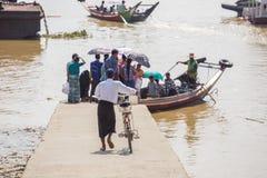 Les gens prennent le bateau pour traverser la rivière de Yangon, Myanmar Photo libre de droits