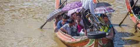 Les gens prennent le bateau pour traverser la rivière de Yangon, Myanmar Photos libres de droits