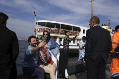 Les gens prennent le selfie au bord de la mer à Istanbul Photographie stock