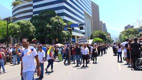 Les gens prennent les rues dans le Pr?sident int?rimaire de attente Juan Guaido et forces militar de place d'Altamira pour parler banque de vidéos