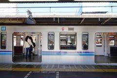 Les gens prennent un train à la station à Tokyo, Japon Photo libre de droits