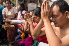 Les gens priant à l'engendrement de Tampak Photo stock